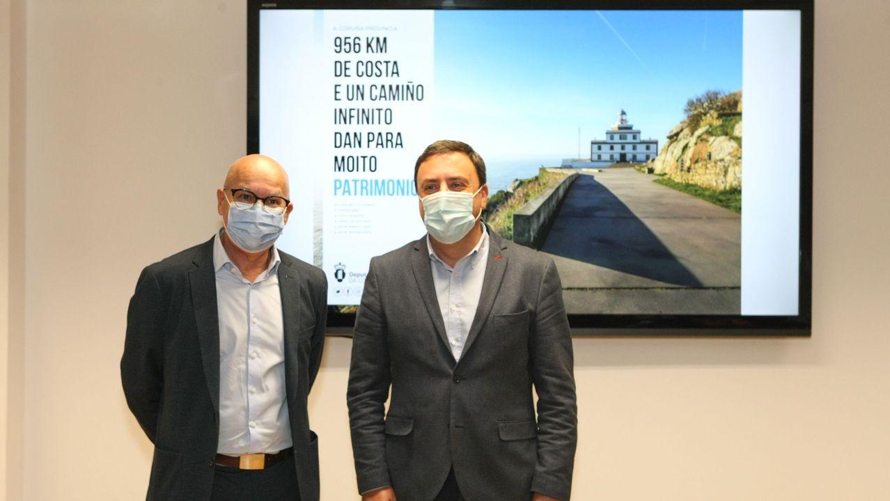El Panchorro ruge en Ribadeo a la espera de tiempos mejores.Roberto  Tito  Fariña, a la izquierda, junto a la furgoneta