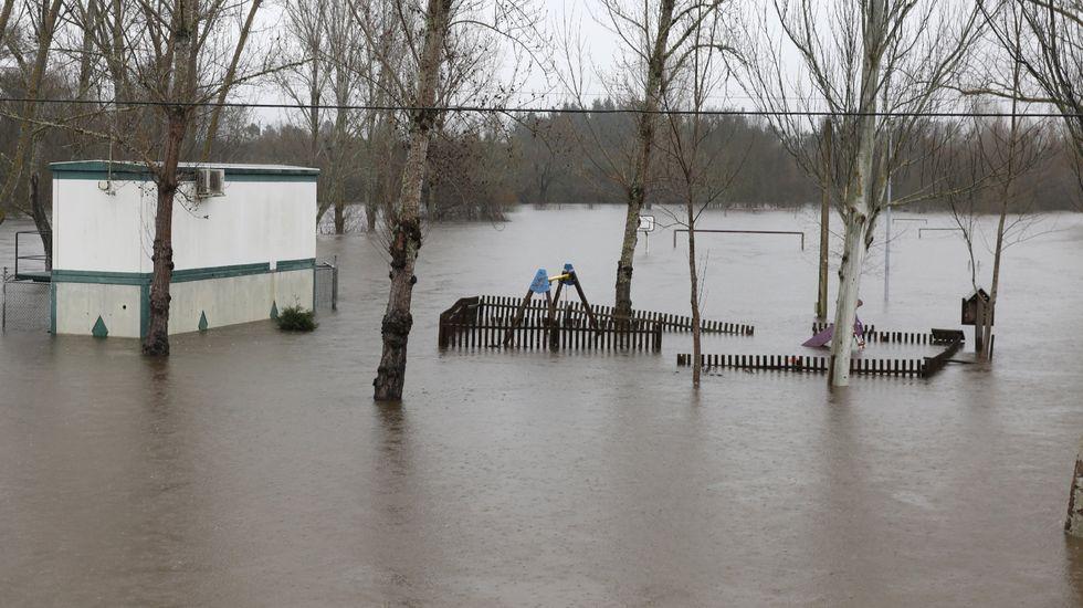 LosGRS de la Guardia Civil, desplegados en Sada.El río Támega inundó el área recreativa de Rabal (en el Concello de Oímbra) en diciembre