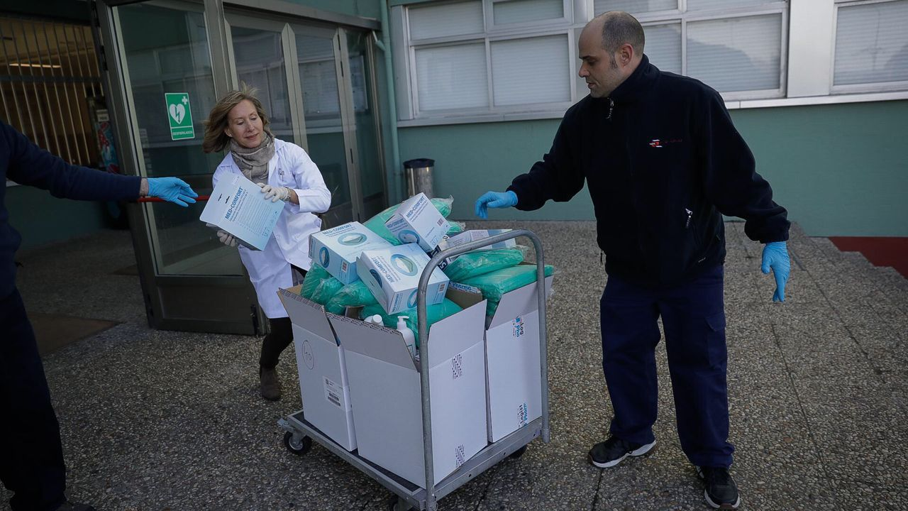 CIFP Ánxel Casal, entrega de su estocaje de material, guantes y mascarillas, para el Chuac por la pandemia del coronavirus