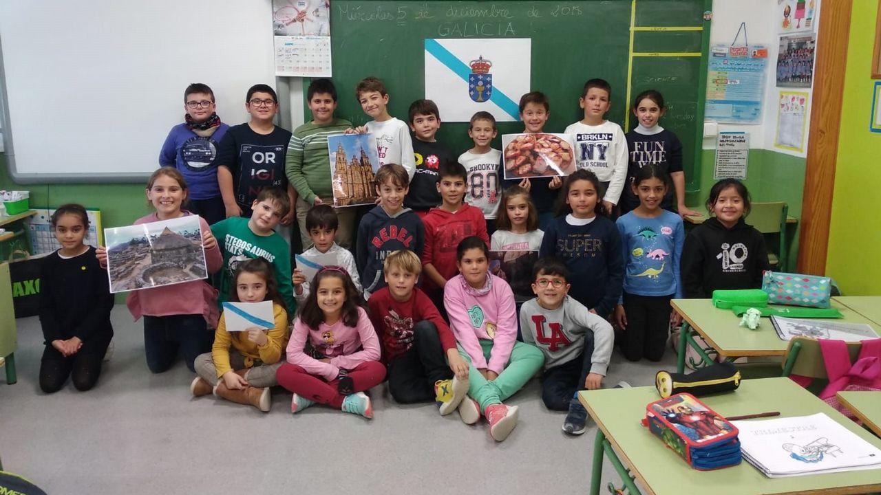 Niños de un colegio de Murcia gritan en gallego: «Unidos, moi fortes».Los reyes y sus hijas posan con los 41 galardonados con la Orden del Mérito Civil