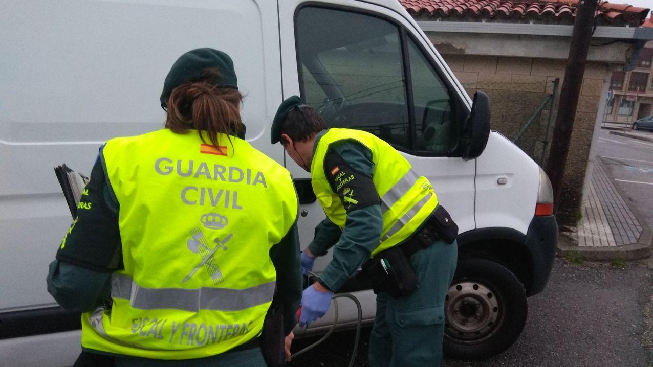 Guardias civiles extraen combustible de una furgoneta en Vilagarcía para analizarlo ante la sospecha de que sea gasoil B bonificado