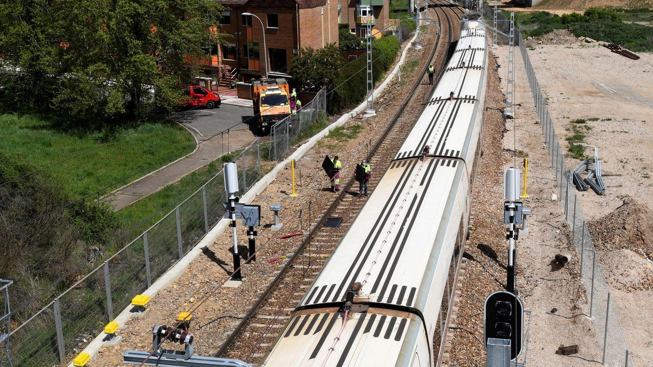 Varios operarios trabajan en el tren Alvia que descarriló en las cercanías de León