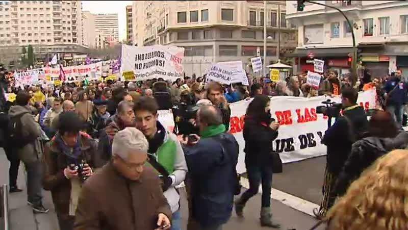Multitudinaria manifestación en Madrid contra la política económica europea.El edificio donde vive Christine Lagarde