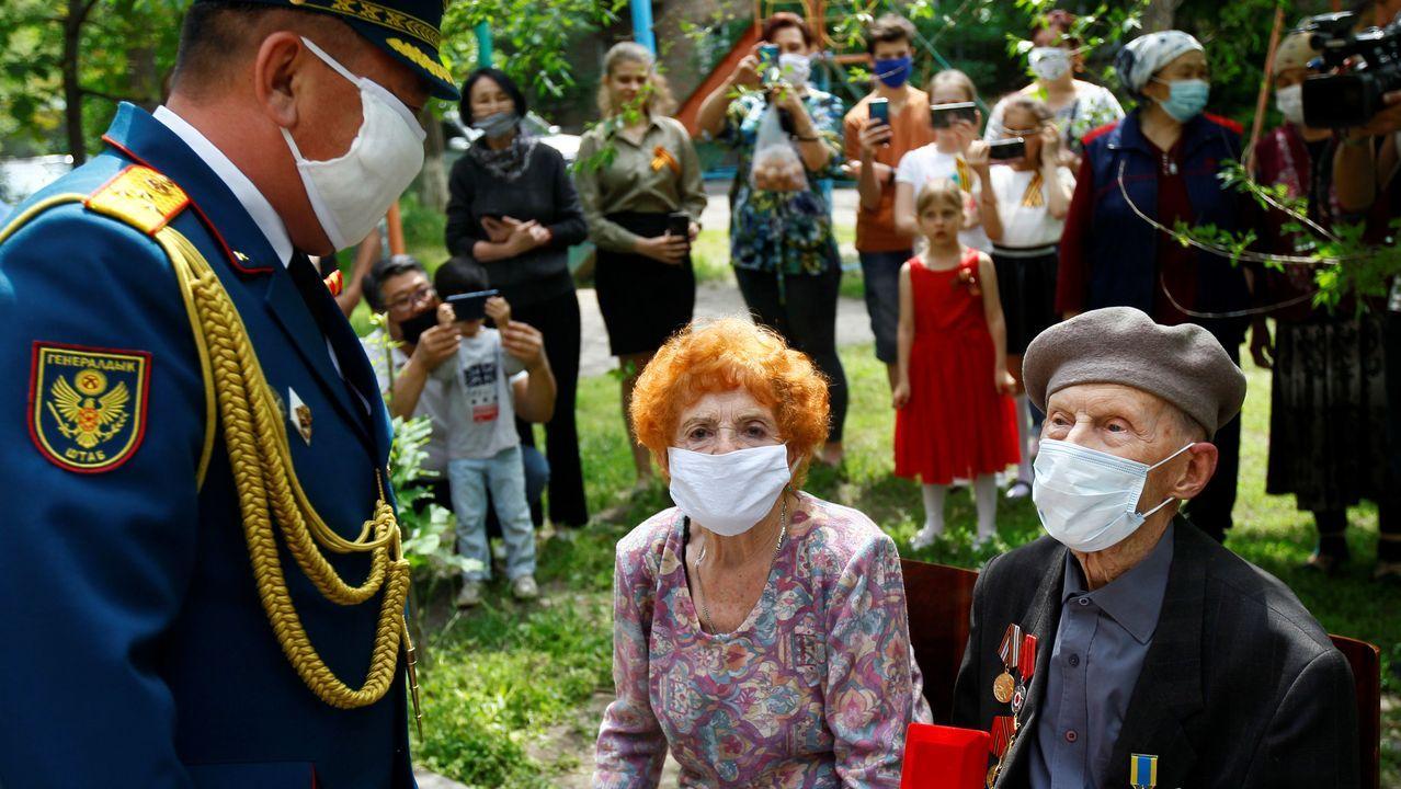 Un militar felicita a los veteranos durante las celebraciones del Día de la Victoria, que marca el aniversario de la victoria sobre la Alemania nazi en la Segunda Guerra Mundial, en Bishkek, Kirguistán