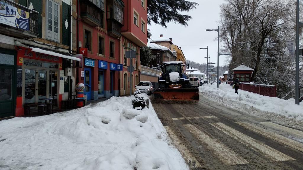 Un tractor con quitanieves limpia las calles de Tineo