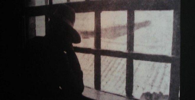 EL ENIGMA DE ELISA. Elisa en la cárcel de Porto. Posó, a contraluz, en la entrevista que le realizaron en un medio de comunicación portugués. No quiso mostrar su rostro. Es la última imagen que se tiene de ella. En Argentina su nombre saltó a la prensa cuando su marido, un danés con el que se casó en Buenos Aires, denunció la relación que tenía con su amiga Marcela. Después, se le perdió la pista e incluso se especuló con un suicidio en Veracruz (México)