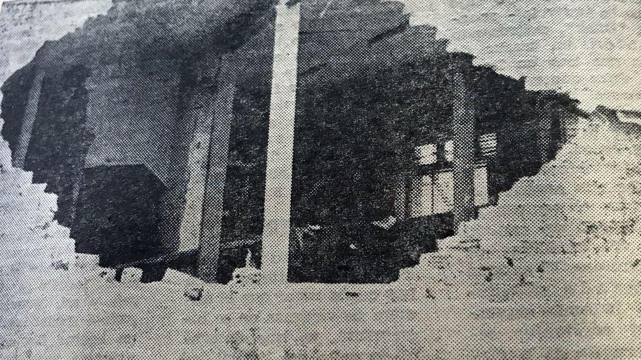Uno de los boquetes abierto en una casa de Llaranes (Avilés) por las piezas que volaron en la explosión de Ensidesa, registrada el 6 de febrero de 1971. La imagen fue publicada en La Voz de Asturias del día siguiente