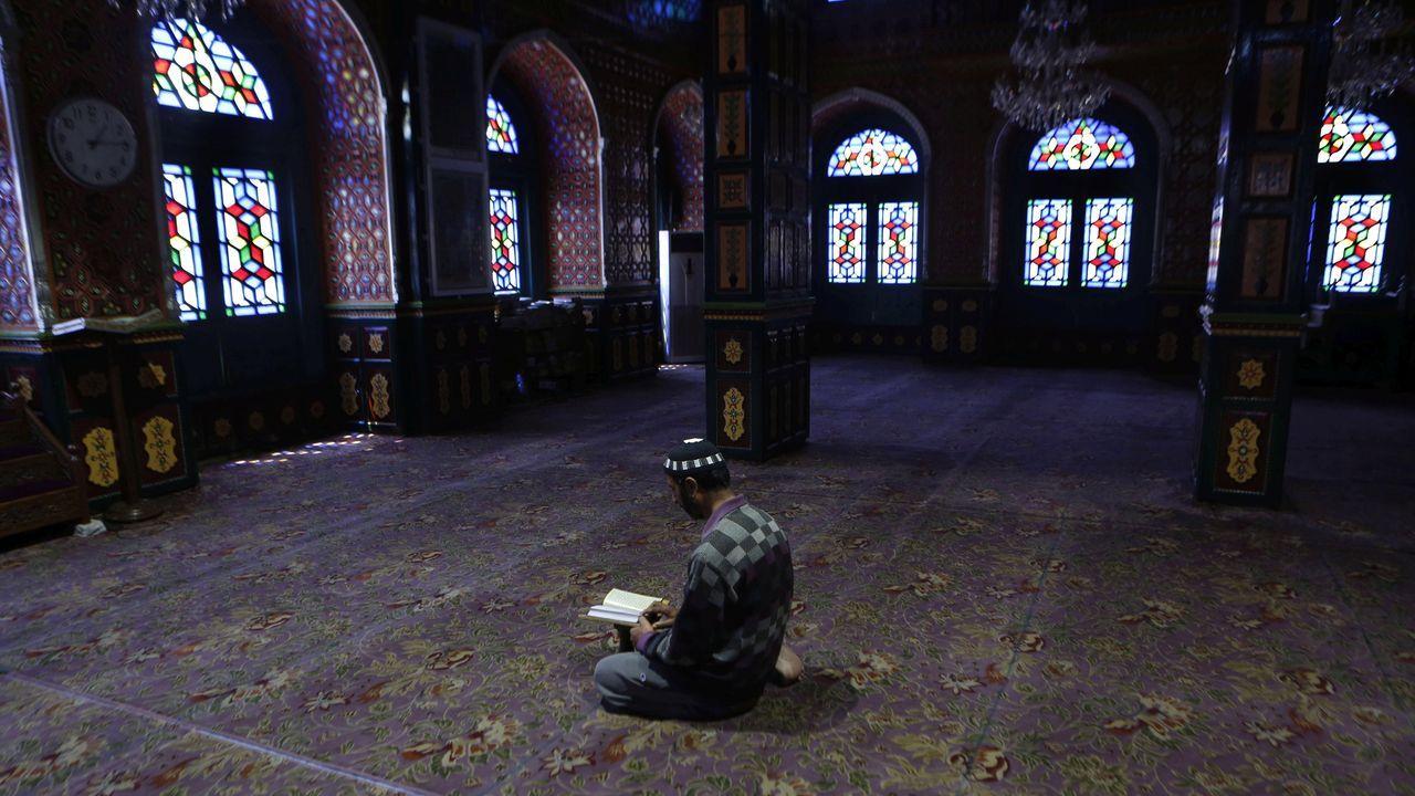 Un vigilante reza dentro de la mezquita Al Makmur en Banda Aceh, en pleno Ramadán