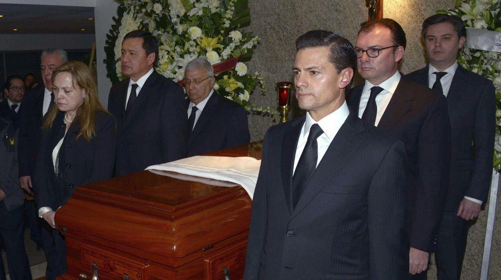 Agentes de Boiro y personal de la Xunta en el matadero de A Estrada.