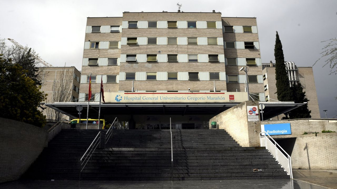 Elsa Lomas abandona el hospital entre los aplausos del personal sanitario.Fachada del hospital madrileño Gregorio Marañón