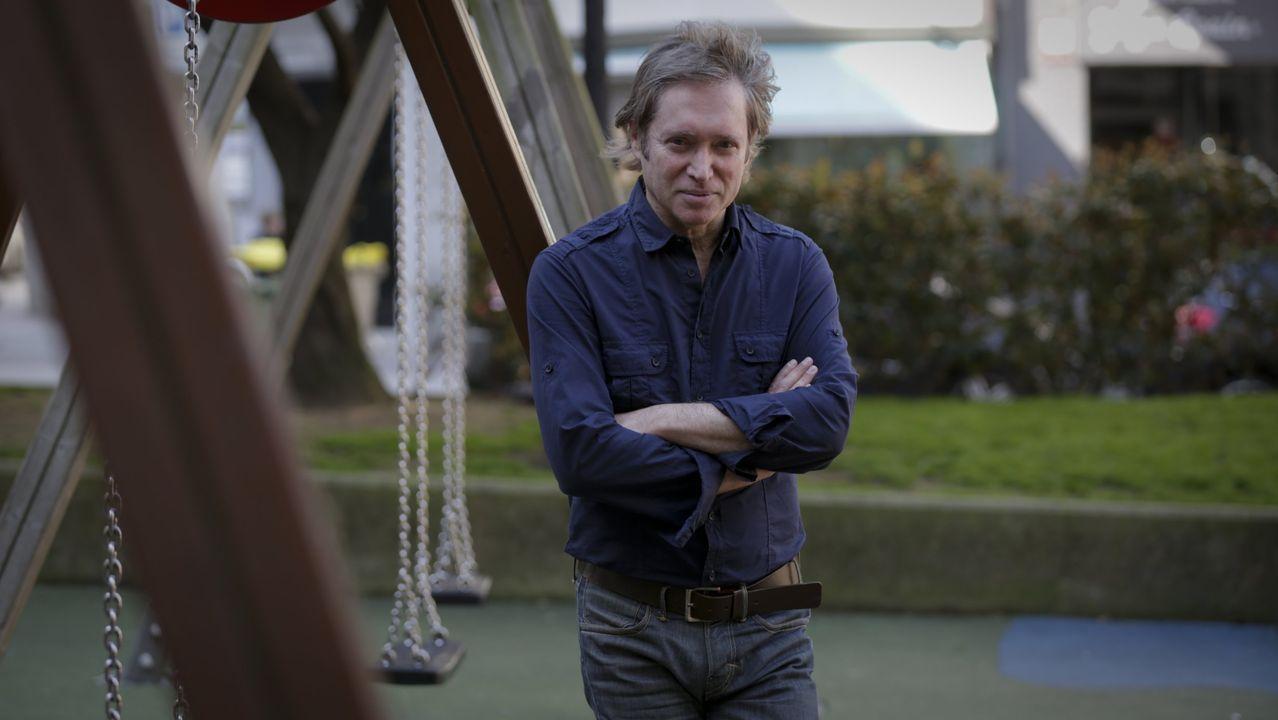 El autor Celso Castro, autor de la novela «las brujas», en el 2017, en un parque infantil de A Coruña