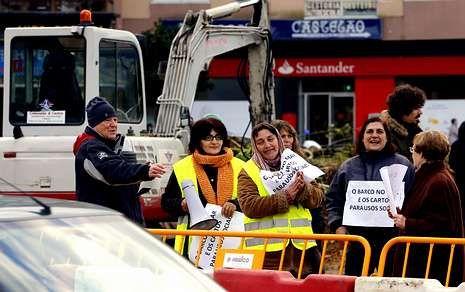 Un grupo de vecinos se han movilizado para impedir las obras previstas por el alcalde.