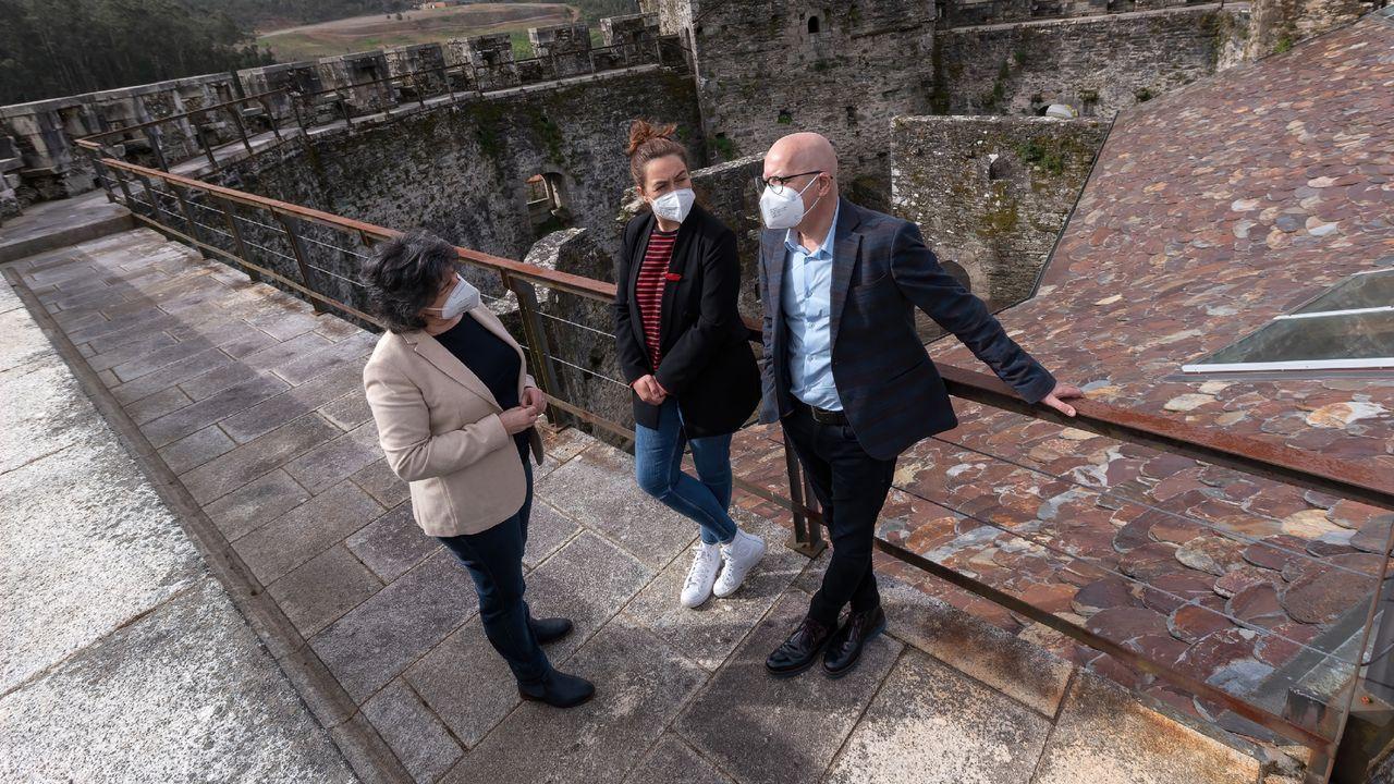 La alcaldesa, Beatriz Bascoy, con los diputados María Muíño y Xosé Regueira, en el castillo