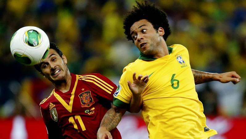 Toda la información del Mundial de Brasil 2014, en vídeo.Cesc intenta salvar la entrada de un rival durante el encuentro frente al Burnley.