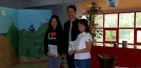 Ambiente en el salón.Ana Soutullo y Andrea Padín recogieron ayer los premios de fotografía ambiental de O Grove.