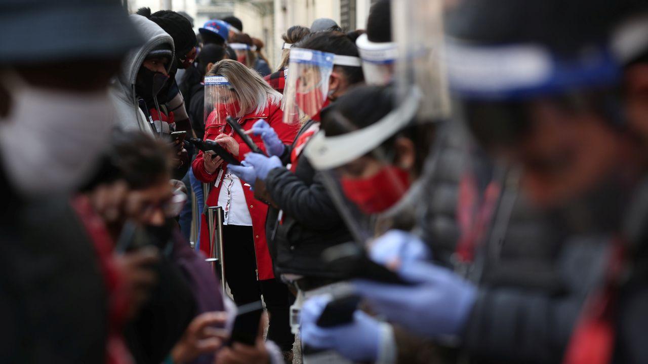 Los trabajadores de una sucursal de AFP (Administradoras de Fondos de Pensiones), ayudan a sus clientes a actualizar su información personal para retirar el 10% de sus ahorros de pensión, para ayudar a aliviar el dolor económico causado por el brote de la enfermedad por coronavirus, después de que el Congreso de Chile dio su aprobación mediante un proyecto de ley, en Santiago, Chile