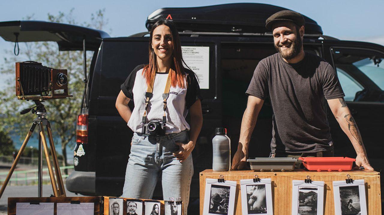 Verónica y Daniel con la cámara y la furgoneta con la que recorren Galicia haciendo retratos