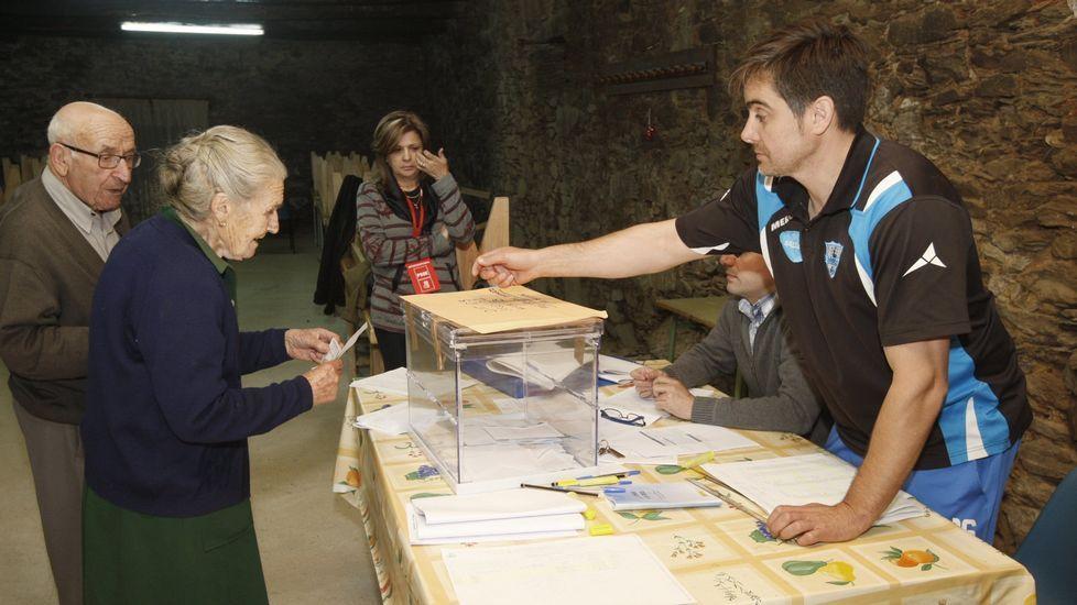 Las fotos de la XX Festa dos Avós de Sober.Votación en la mesa de Baaomorto, en las municipales del año 2015
