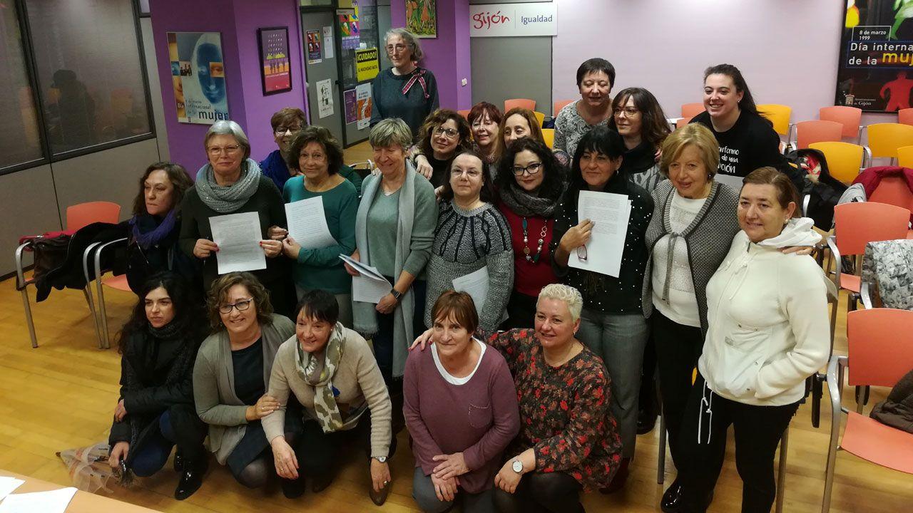 Representantes de las organizaciones firmantes del manifiesto feminista en la Casa de Encuentros de las Mujeres de Gijón