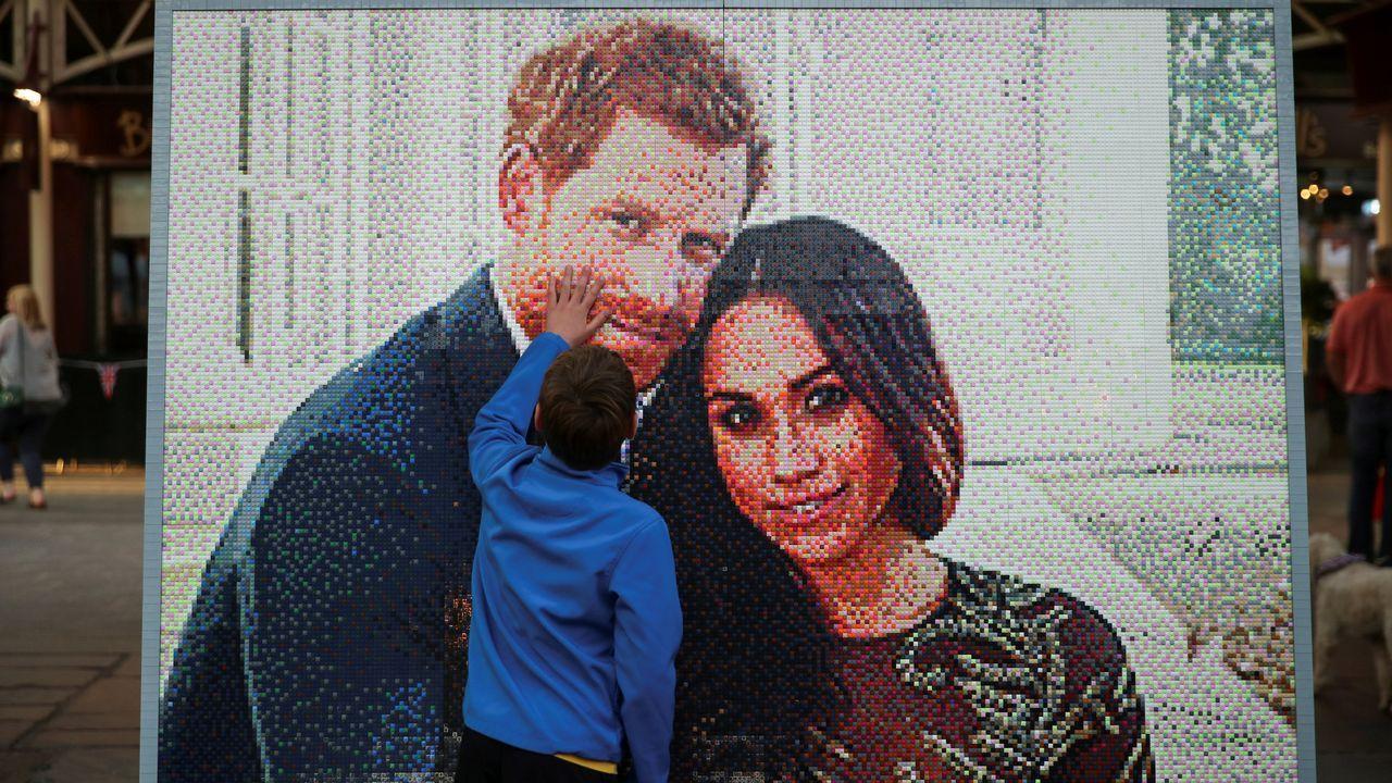 Así es Charlotte, la hija de Guillermo y Kate Middleton.Mosaico con la imagen de la pareja creado con piezas de LEGO