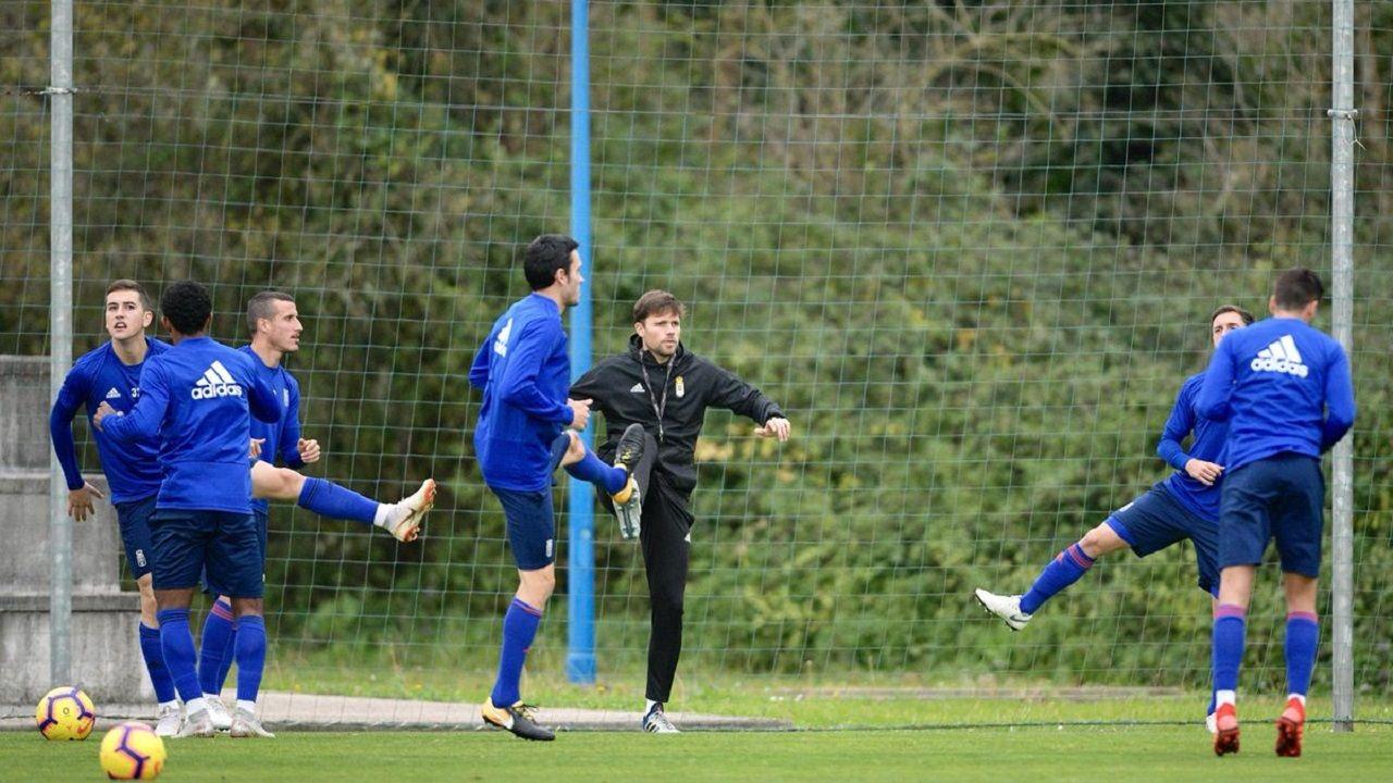 Omar Ramos Real Oviedo Almeria Carlos Tartiere.Los jugadores del Oviedo calientan con Marcos Marcén