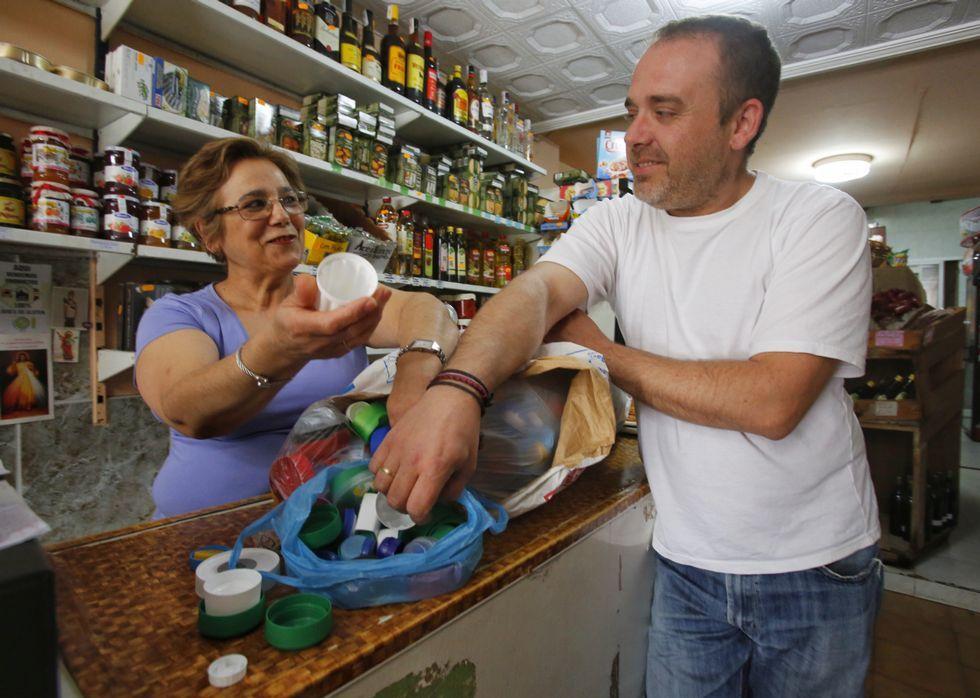 imperdibles.Ricardo, que recoge los tapones en varios concellos, ayer, en la tienda de María Luisa.