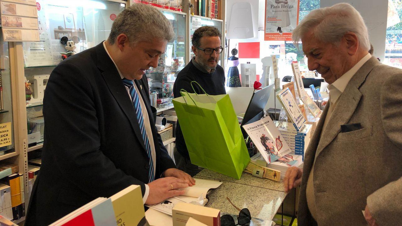 Vargas Llosa de compras por A Coruña