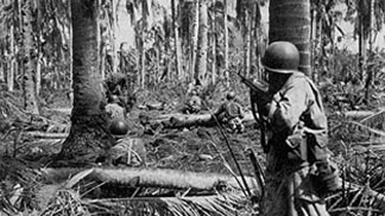Soldados de la 77 división, en la que luchó Peña, combaten en el golfo de Leyte en 1944