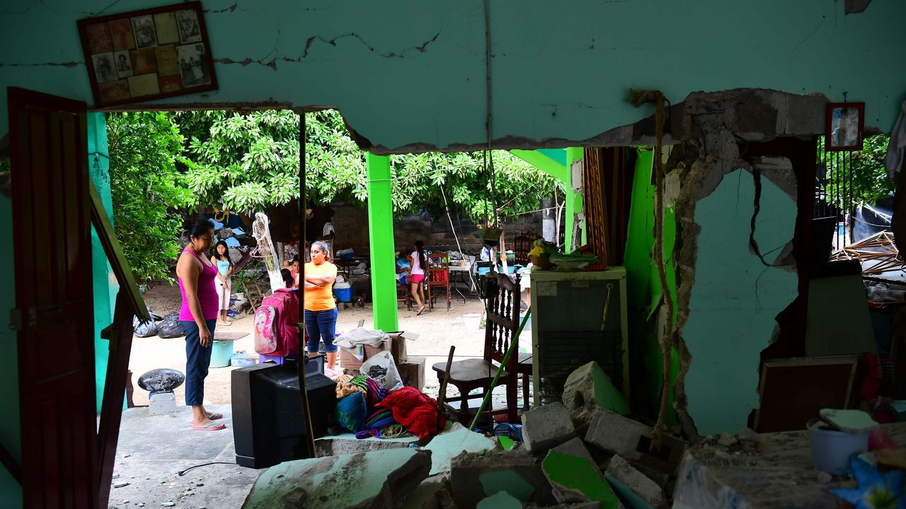 Cadena humana tras el terremoto en México.Arturo Elias ondea una bandera en el Carlos Tartiere