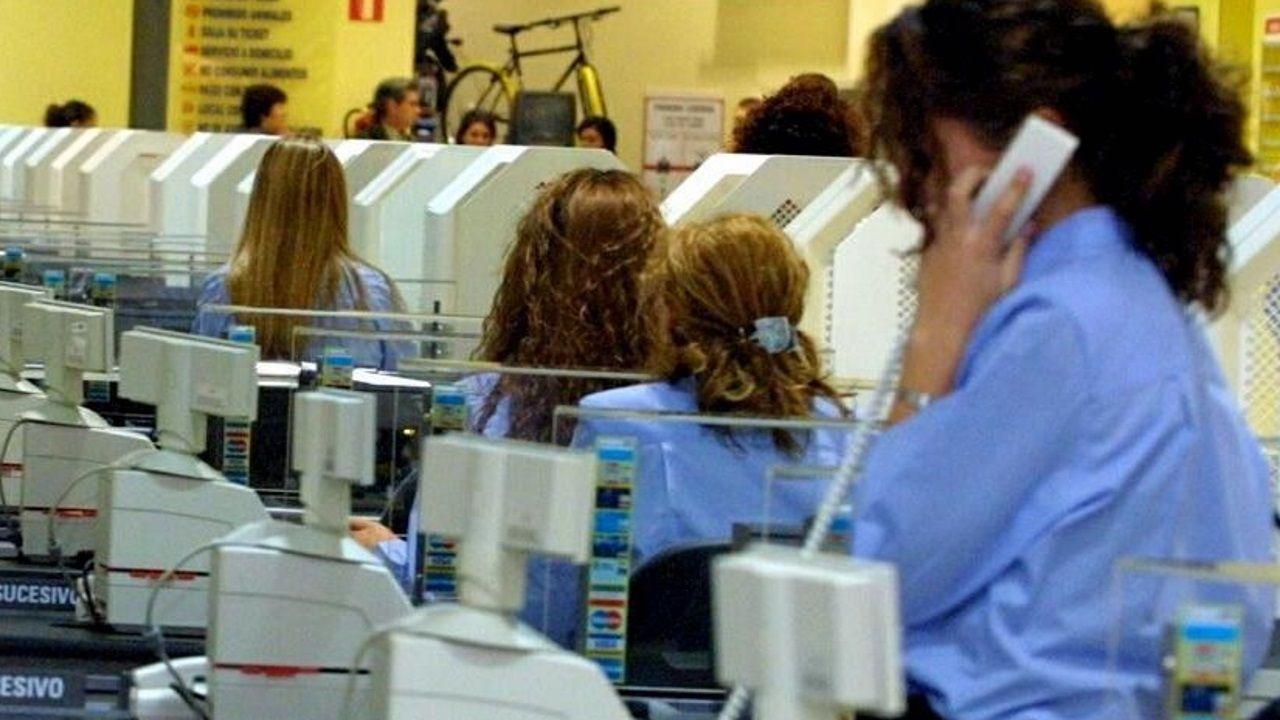 Edificio desde el que se arrojó el hombre denunciado por acoso sexual por la limpiadora.Efectivos de la Policía Nacional, intentan repeler a los manifestantes que, convocados por la plataforma Tsunami Democrátic, están cercando los accesos al aeropuerto de El Prat en Barcelona