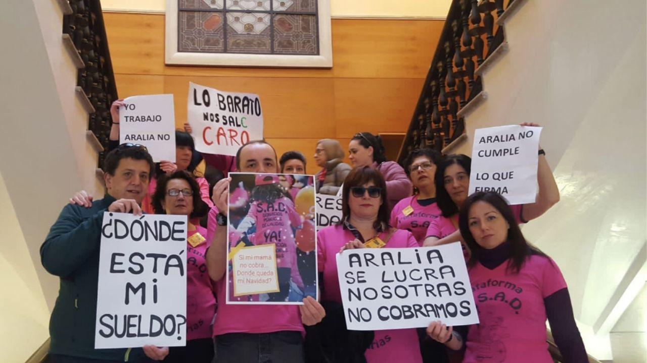 Cimavilla.Trabajadoras y trabajadores del SAD, en el último pleno del Ayuntamiento de Gijón, reivindican que se les pague el salario de noviembre