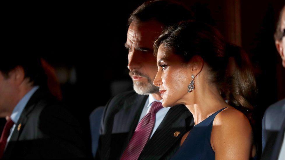Los reyes Felipe y Letizia a su llegada al tradicional concierto de los Premios Princesa de Asturias, celebrado en el Auditorio Príncipe Felipe de Oviedo, en la víspera de la ceremonia de entrega de los galardones.