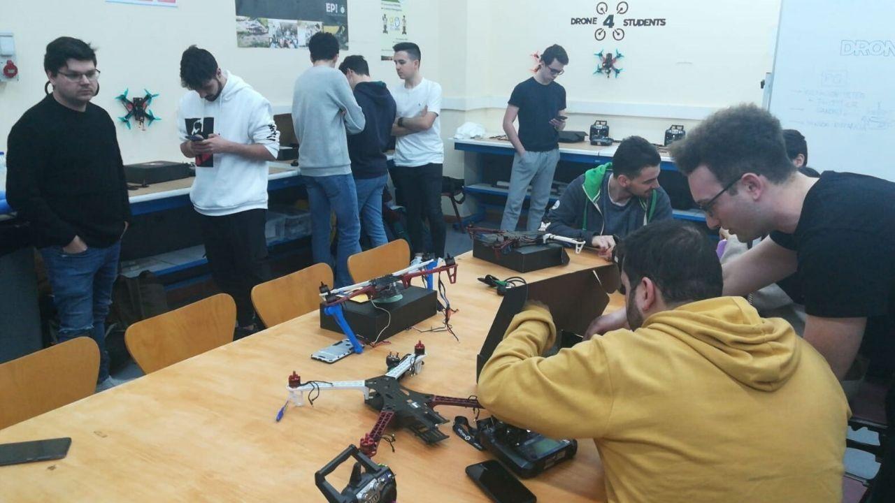 El «legado de Clarín» crece con una obra expoliada tras su fusilamiento.Alumnos y miembros de Drone4Students trabajan en el diseño de sus drones
