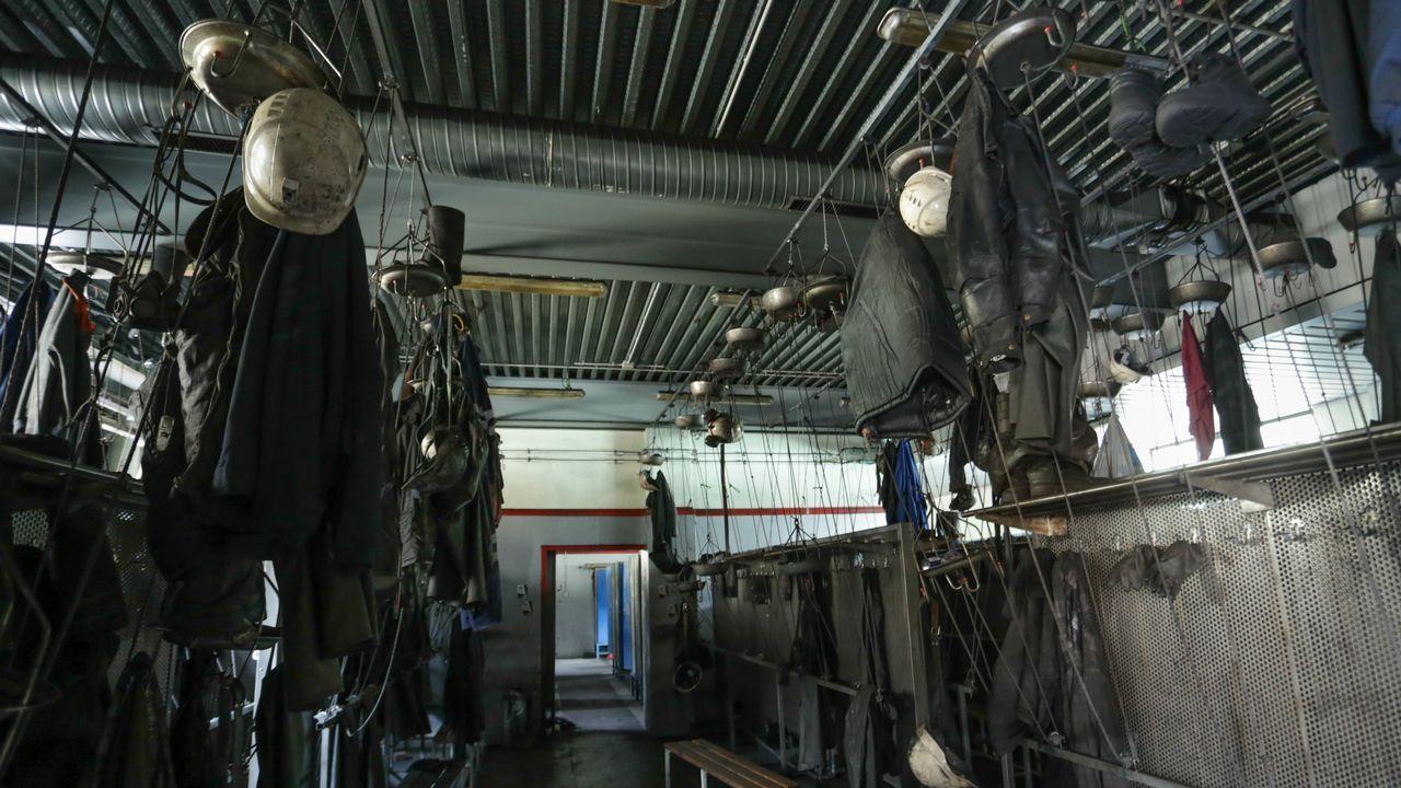 Las ropas de los trabajadores quedaron colgadas en los vestuarios.