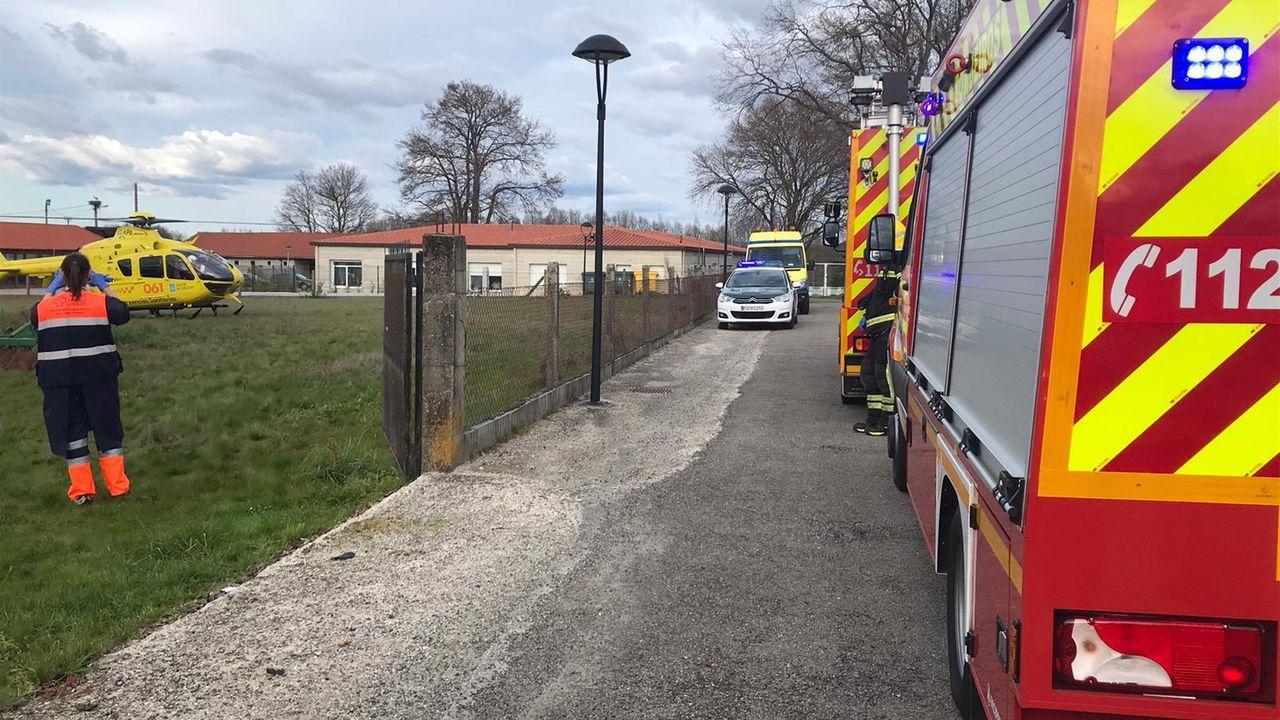 Medios de emergencias para asistir a un accidentado con tractor en Porqueira
