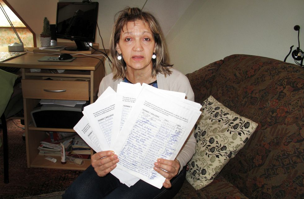 Catalina Álvarez posa con todas las hojas que ha llenado de firmas en cuestión de semanas.