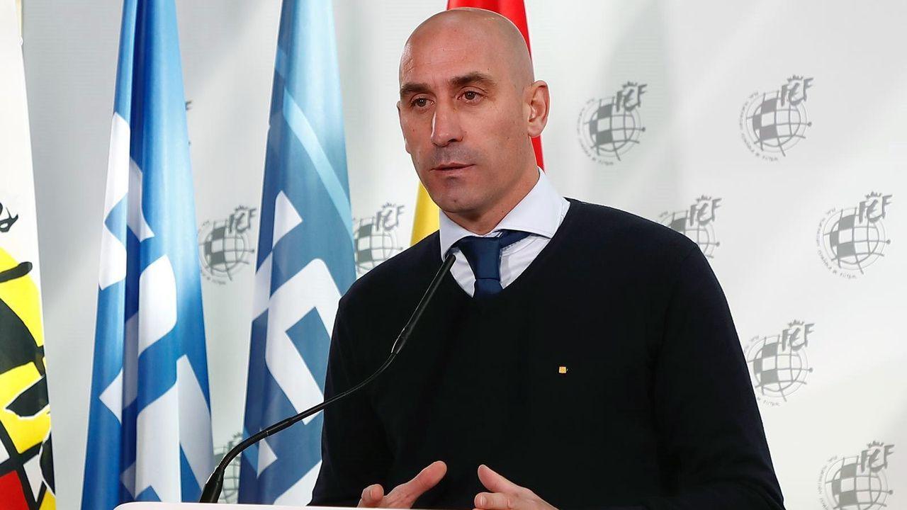 Ziganda da instrucciones mientras se produce el cambio de Borja Sánchez por Berjón