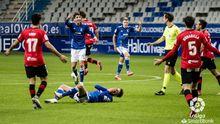 Los futbolistas azules protestan una decisión de Galech Apezteguía