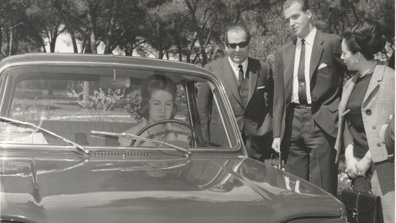 La princesa Sofía al volante de un Simca 1000. Junto al coche, el príncipe Juan Carlos y el matrimonio Barreiros (1965)