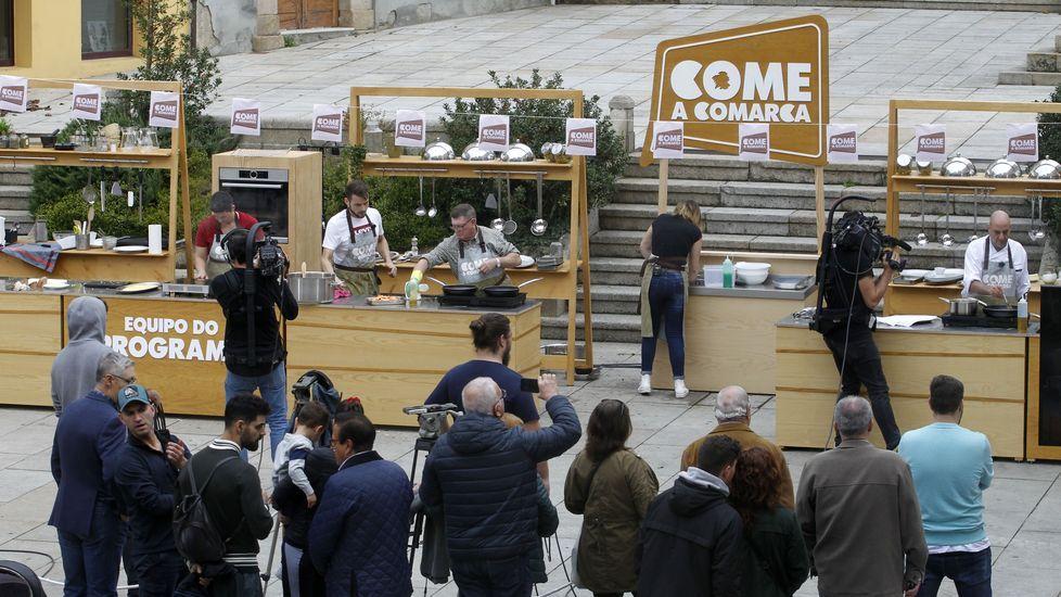 Los dos equipos, el de los concursantes y el de los cocineros locales, se enfrentaron en la plaza de España