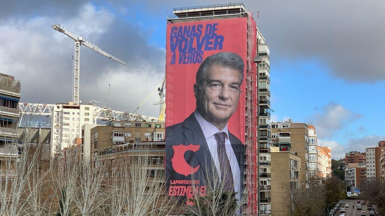 Joan Laporta coloca una pancarta gigante en las