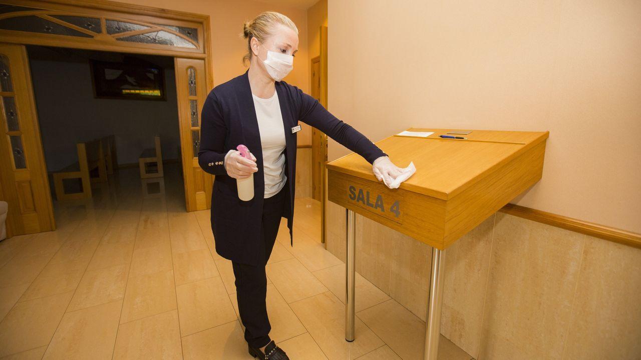 Una mujer desinfecta las instalaciones de un tanatorio de Carballo durante la crisis del coronavirus
