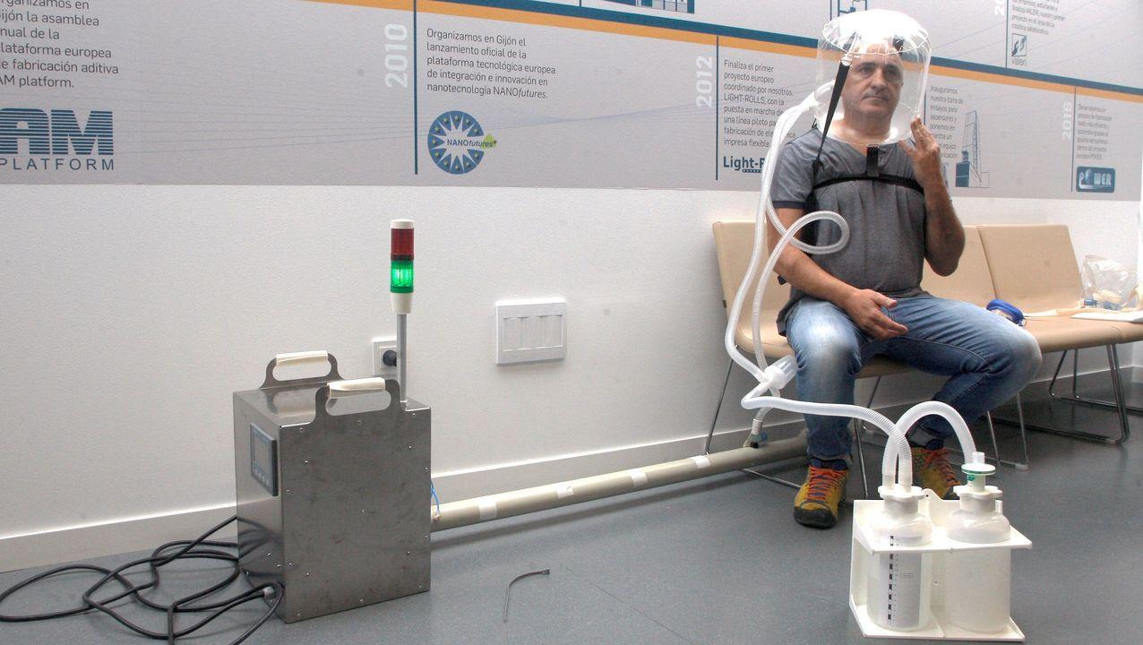 El médico de la Unidad de Cuidados Intensivos del Hospital Universitario Central de Asturias, Alberto Medina, prueba un prototipo de respirador un respirador de presión constante no invasivo para pacientes infectados de covid-19 desarrollado por un consorcio de empresas en Asturias.