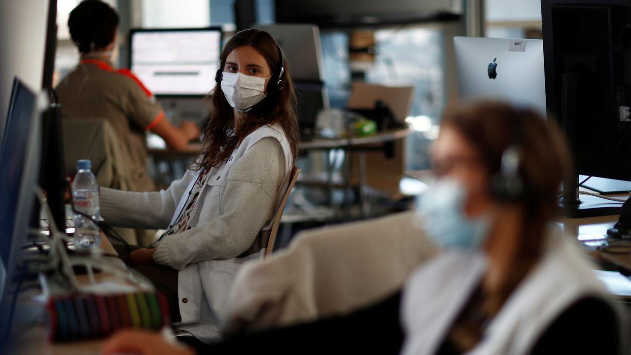 El personal médico, con mascarillas protectoras, trabaja en un centro de llamadas de emergencia para pacientes infectados por coronavirus (COVID-19) en Evry, cerca de París, mientras la propagación de la enfermedad continúa en Francia