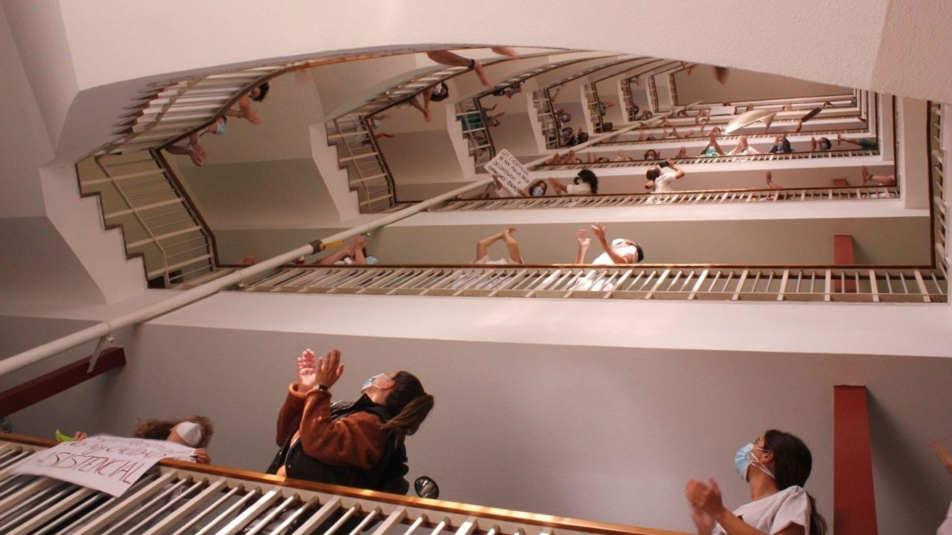 Trabajadores, en plena protesta, en las escaleras interiores del hospital de Cabueñes