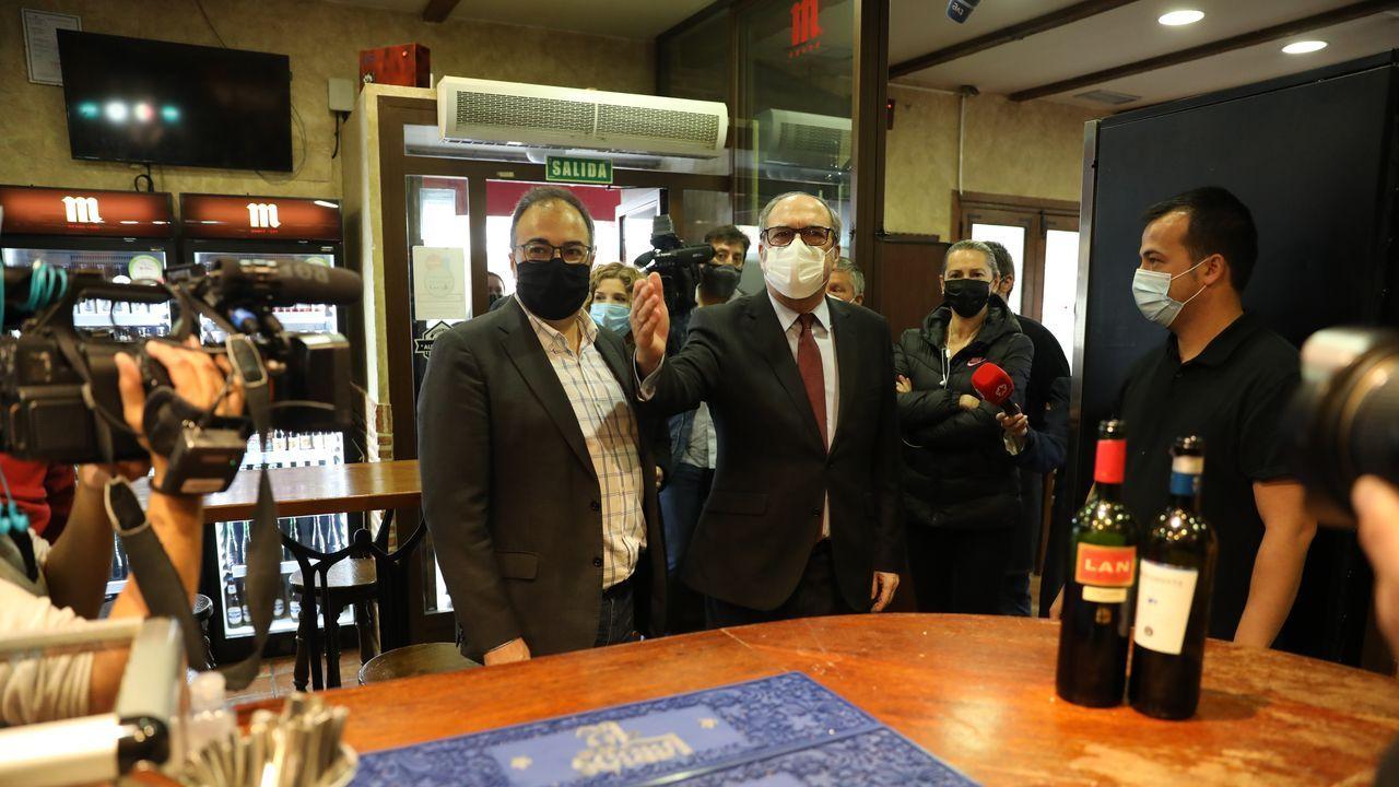 El candidato socialista, Ángel Gabilondo, este martes, haciendo campaña en un bar de Leganés