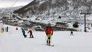 Los esquiadores disfrutan de la nieve con la estación de esquí de Valgrande-Pajares al fondo.Los esquiadores disfrutan de la nieve con la estación de esquí de Valgrande-Pajares al fondo
