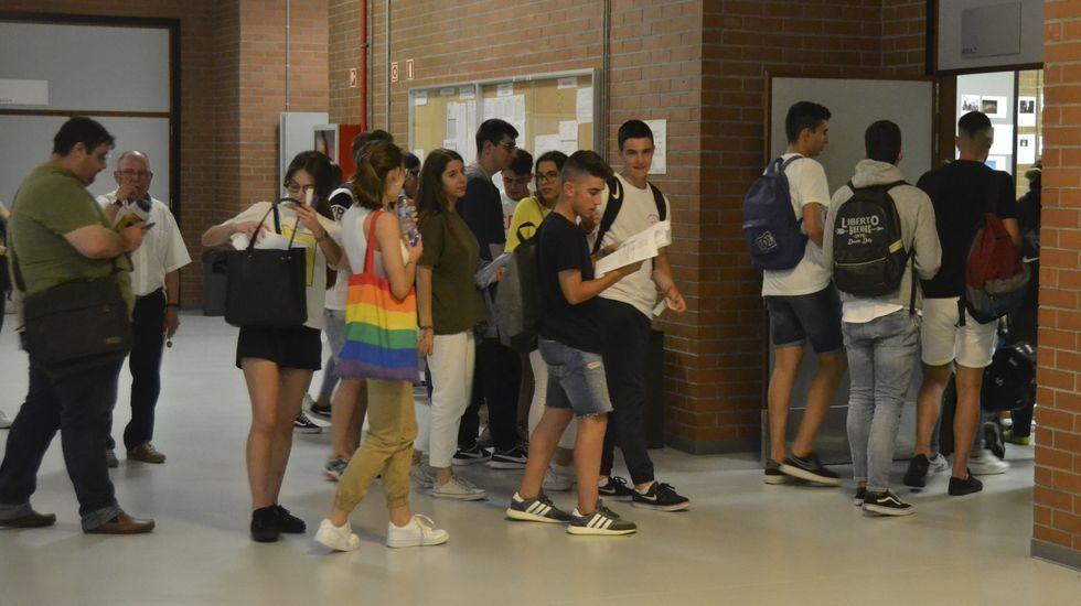 Alumnos entran en el primer examen de selectividad en Pontevedra