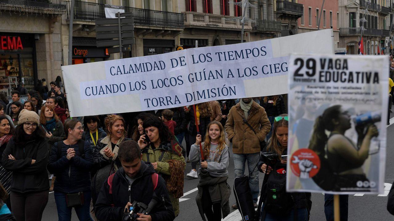 Miles de profesores y alumnos, tanto de secundaria como universitarios, se manifestaron ayer en Barcelona
