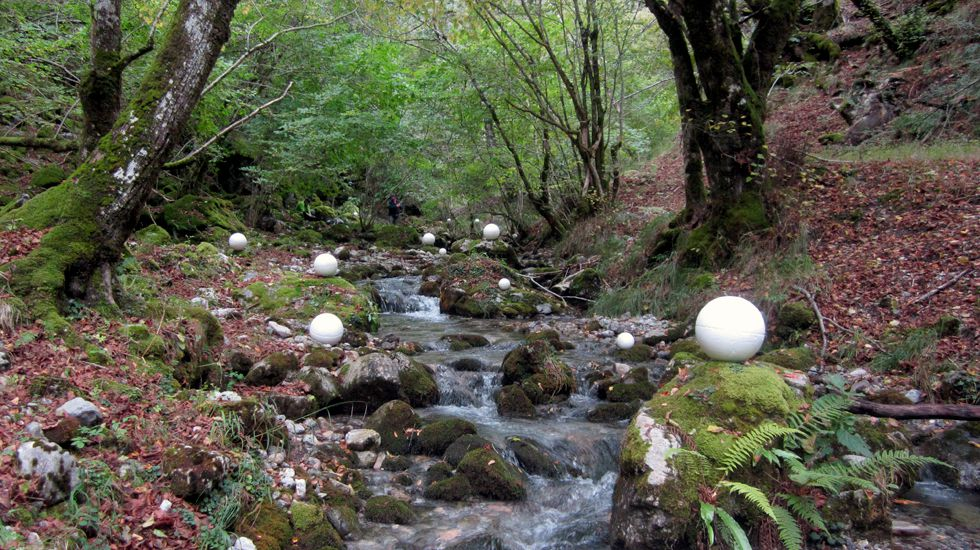 Una imagen del proyecto de investigación sobre el cambio global en Picos de Europa, con unas bolas blancas que sirven para hacer mediciones en 3D con láser.Una imagen del proyecto de investigación sobre el cambio global en Picos de Europa, con unas bolas blancas que sirven para hacer mediciones en 3D con láser